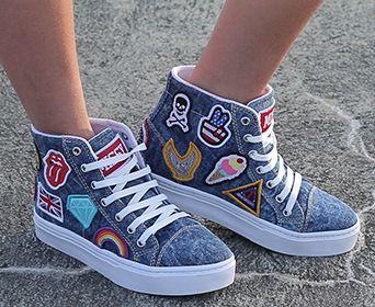 T~enis azul jeans com solado e cadarço branco , cano mais altinho com patches.