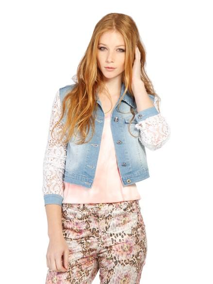 Modelo usa blusa rosê, saia estampa e jaqueta jeans com mangas de renda customizada.