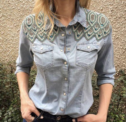 be9e1efa86 Modelo veste jaqueta jeans azul clarinha com ombros customizados em  pedrarias.