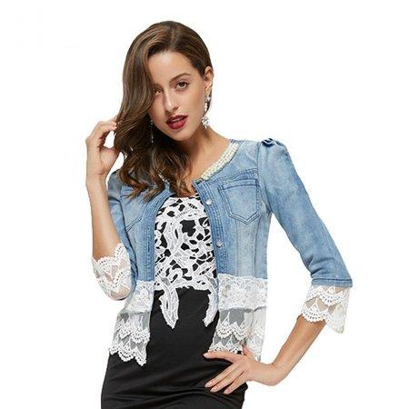 Modelo usa camiseta preta estampada e jaqueta jeans com renda branca.