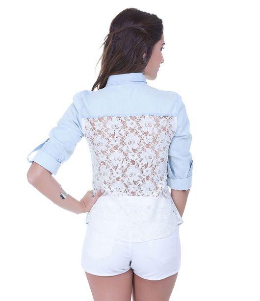 Modelo usa short branco com jaqueta jeans com renda branca nas costas.