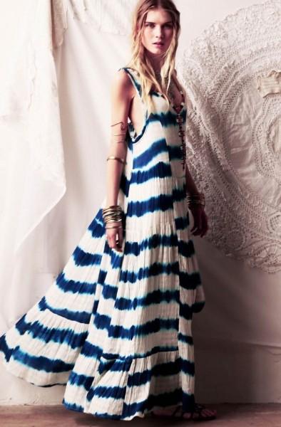 Modelo usa vestido longo de alças finas nas cores branco e azul.