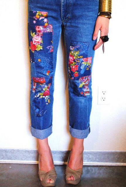 Modelo usa calça com detalhes de flor com sapato de salto cor nude.