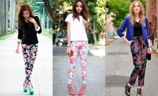 Modelos usam calça floral, camisetinha e sapato de salto.