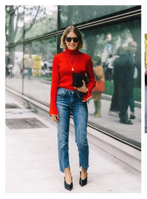 Modelo usa calça jeans azul, blusa vermelha de gola e scarpin preto com bolsa carteira na mesma cor.