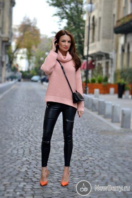 Modelo usa calça preta de couro, blusa gola alta rosê e sapato laranja.