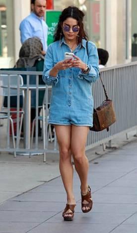 Modelo usa macquinho jeans manga longa de botoes, bolsa marrom de camurça. e sapato marrom plataforma.