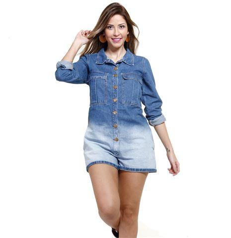Modelo usa macquinho meia manga jeans em dois tons de azul, fraco e forte.