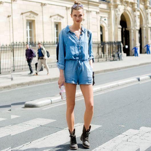 Modelko veste macquinho de botoes na frente curto jeans e meia manga com bota baixa na cor preta.