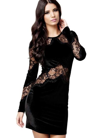 Modelo usa vestido preto manga longa, com renda na barriga, no decote e nas mangas.
