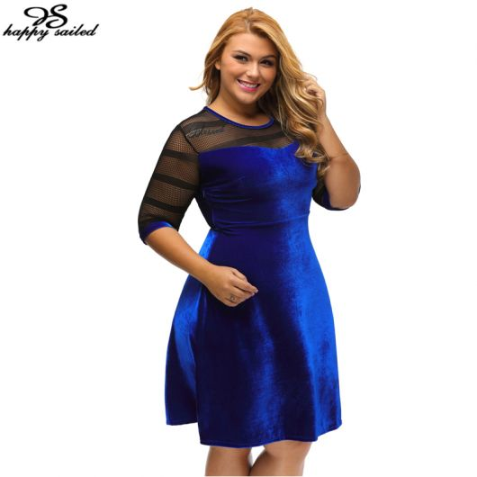 Modelo usa vestido de veludo azul com detalhes de renda preta no colo, modelo semi godê.