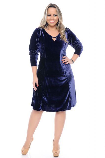 Mofdelo veste vestido com detalhes no decote, meia manga em tons de azul bic combinado com sapato nude.