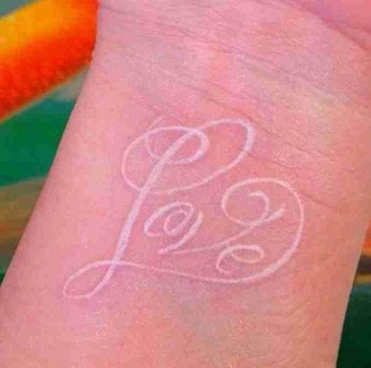 Tatuagem branca escrita Love