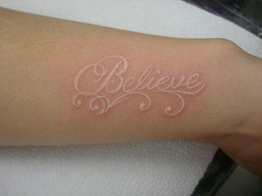 "Tatuagem branca escrita believe ou ""acredite"""