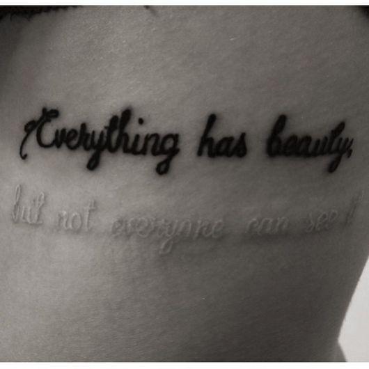 """Tatuagem branca escrita """"Tudo tem beleza, mas nem todos a enxergam"""""""