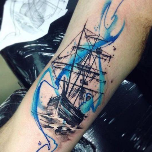 Tatuagem de um navio pintado em preto e branco com linhas azuis a sua volta