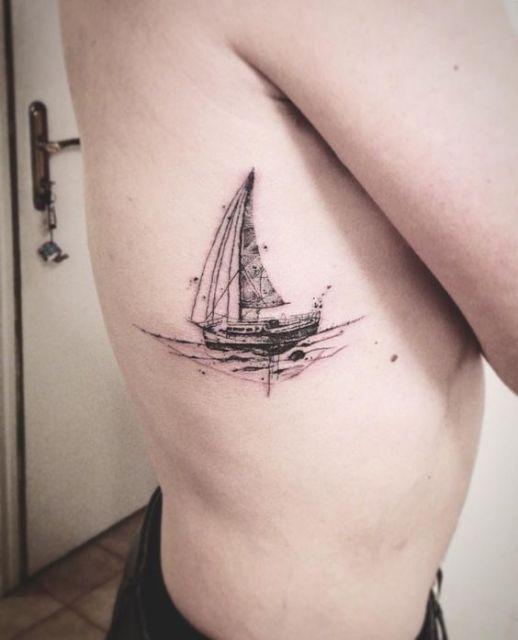Tatuagem de um barco à vela pintado de preto e branco nas costelas de uma pessoa