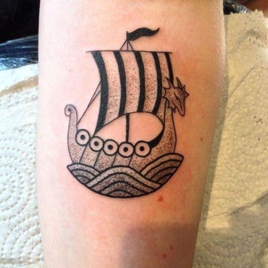 Tatuagem de um barco viking com uma única vela e uma cabeça de dragão em sua área frontal