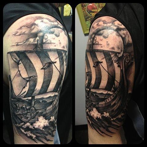 Tatuagem de um barco viking em águas agitadas com uma lua enorme e nuvens acima dele