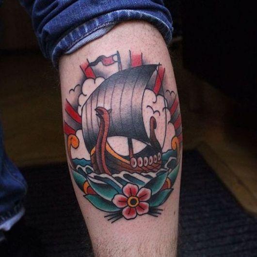 Tatuagem de um barco viking pintado com cores vivas