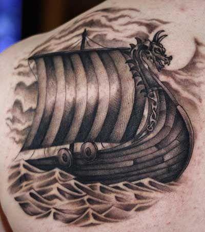 Tatuagem de um barco viking com uma escultura de dragão imponente na parte frontal