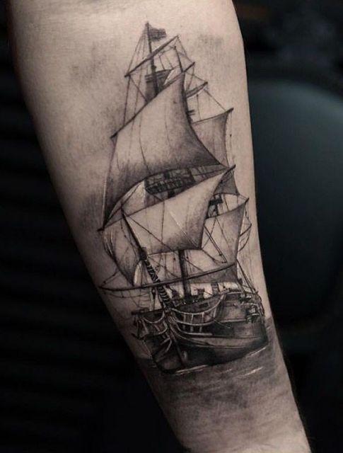 Tatuagem de um barco em águas calmas muito realista