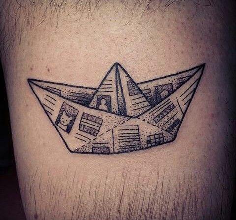 Tatuagem de um barco de papel feito com jornal