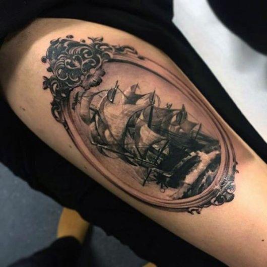 Tatuagem de um navio pirata navegando em águas bravas dentro de um espelho antigo