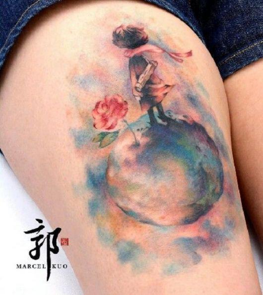 Tatuagem do Pequeno Príncipe e a Rosa em cima de uma Planeta, todo colorido com aquarela