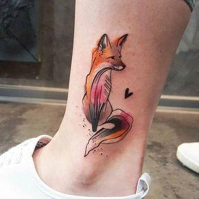 Tatuagem de uma Raposa sentada pintada de laranja e tons delicados de rosa