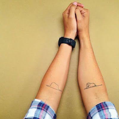 Foto de duas tatuagens, uma em cada braço. Em um há o desenho de uma cobra com um elefante dentro da barriga; na outra vemos a mesma foto, mas agora é possível ver o elefante dentro da barriga.