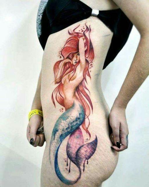 Tatuagem na costela de uma sereia parecida com a Ariel olhando para o lado.