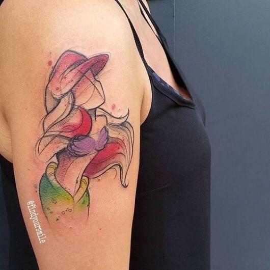 Tatuagem no braço que lembra um esboço de desenho da Princesa Ariel