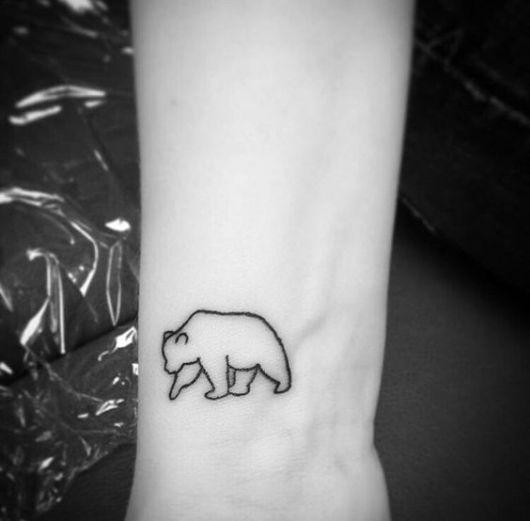 Tatuagem pequena da silhueta de um urso polar sem nenhum preenchimento