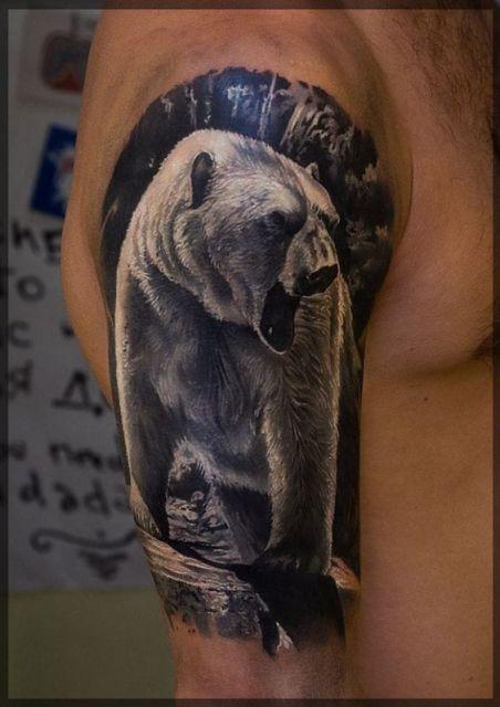 Tatuagem realista de um urso polar olhando para o lado e rugindo