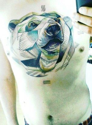 Tatuagem grande de urso polar no peito