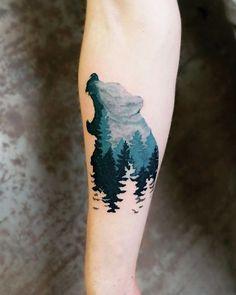 Tatuagem de urso polar rugindo. Seu interior é pintado com o céu e as árvores da floresta.