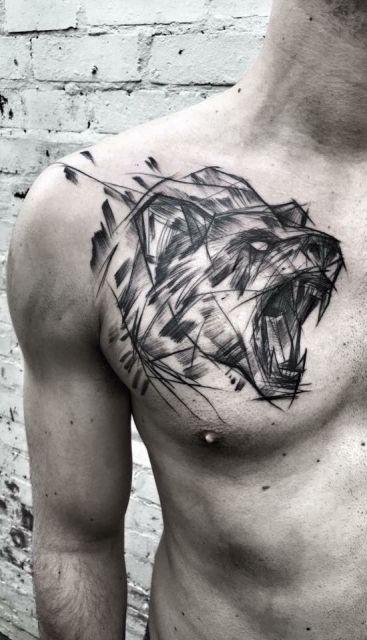 Tatuagem de urso pardo rugindo feita a partir de traços que lembram o esboço de um desenho