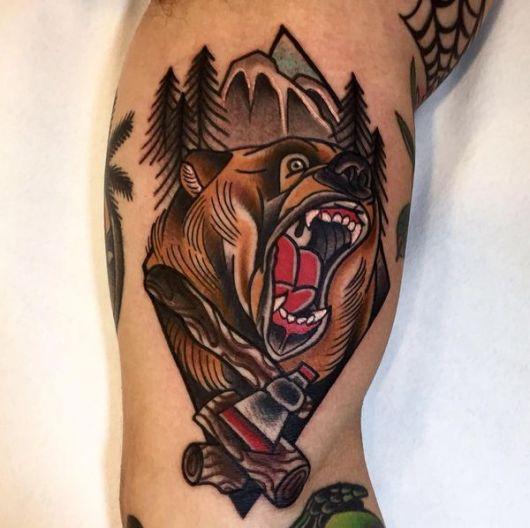 Tatuagem de um urso pardo rugindo ferozmente.