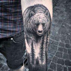 Tatuagem de um urso pardo acima das árvores de uma floresta