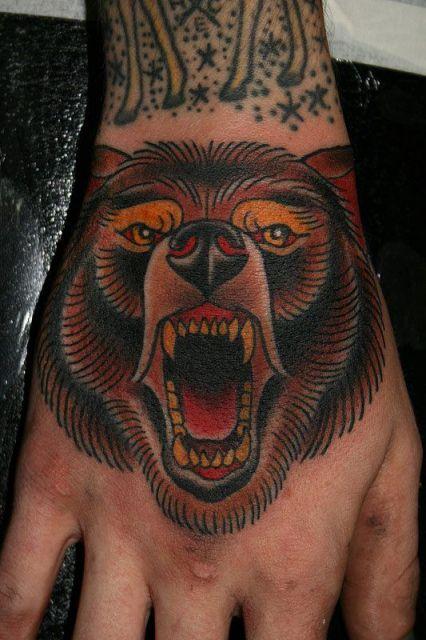 Tatuagem de urso pardo no estilo tradicional feita na mão
