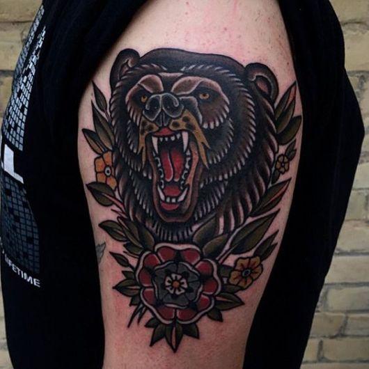 Tatuagem no estilo tradicional de um urso pardo rugindo
