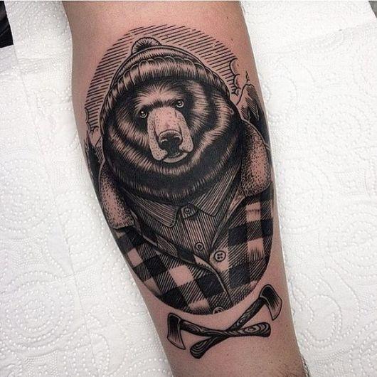 Tatuagem de um urso lenhador com toca e camisa xadrez