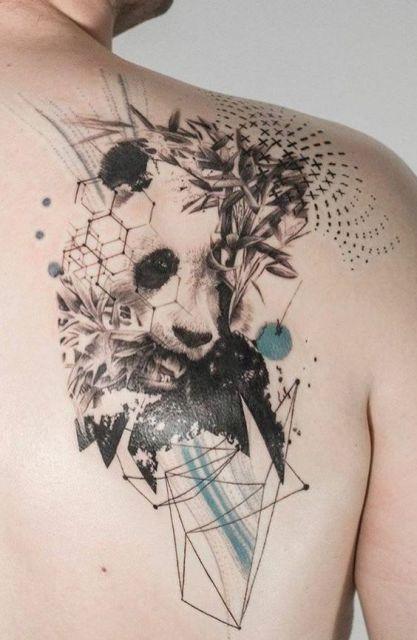 Tatuagem em preto e branco de um urso panda se alimentado de bambu