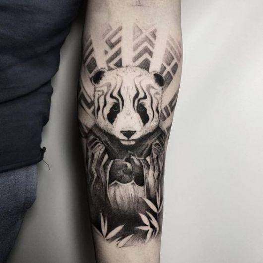 Tatuagem no braço de um urso panda vestido como se fosse um monge