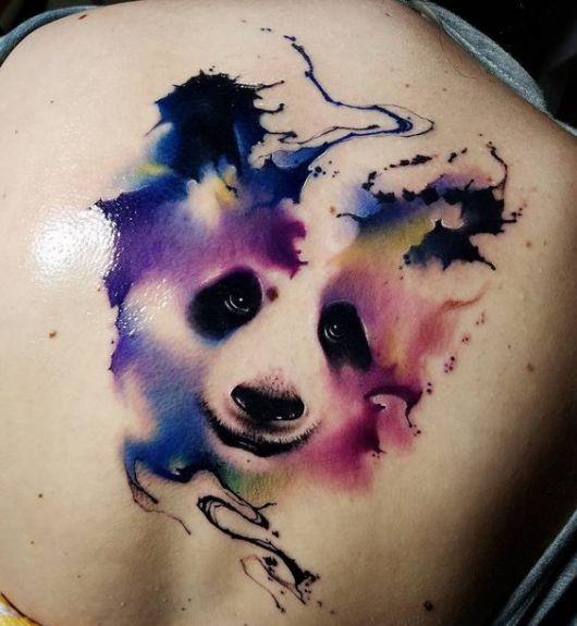 Tatuagem do rosto de um urso panda coberto por aquarela