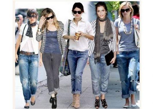 Modelos usa calça capri jeans com blusinhas e sapatos casuais.