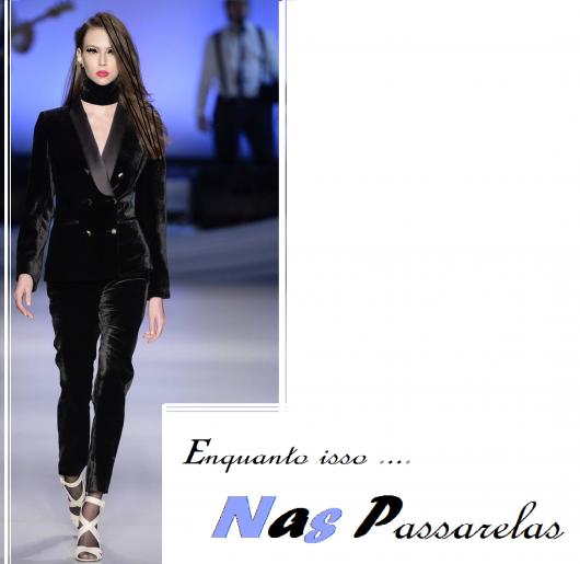 Modelo usa shocker preta, blazer e calça de veludo preta com sandália.