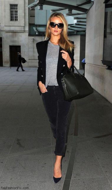 Modelo usa calça preta de veludo, blazer e scarpin preto com blusa cinza e bolsa preta.