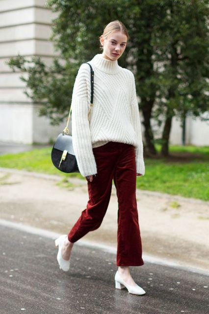 Modelo usa sueter branco,calça de veludo vermelha e bota branca.